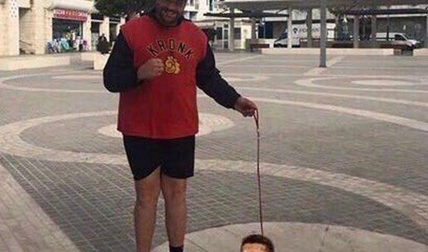 """СНИМКА:  Тайсън Фюри на разходка с """" малката си кучка """" Антъни Джошуа"""